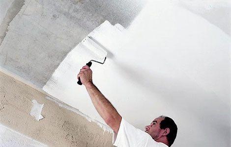 Любительское фото, процесса нанесения краски на потолок с помощью малярного валика
