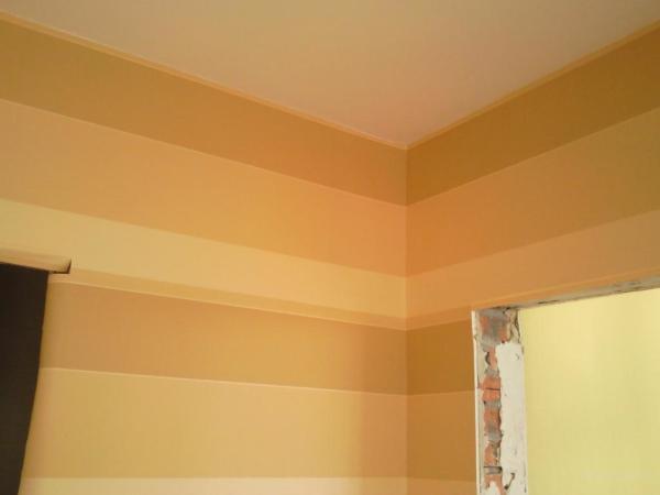Любителям полос, отвечая вопрос, каким цветом поклеить обои в зале, лучше выбрать оттенки коричневого и оранжевого («D»)