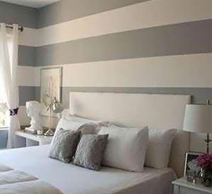 Маленькая спальня становится немного «больше» благодаря горизонтально расположенным полосам