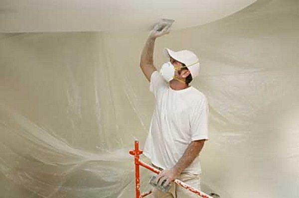 Мастер готовит поверхность под покраску