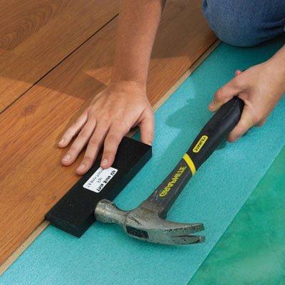 Мастера используют специальную проставку, но можно пользоваться и простым деревянным бруском