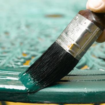 Материал можно наносить вручную с помощью кисти.