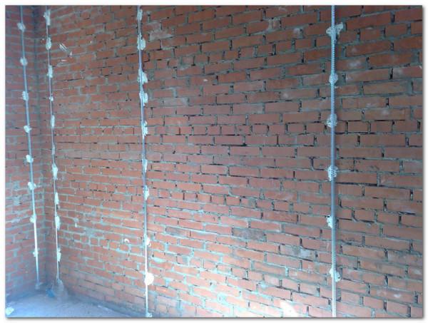 Маячные профили на кирпичной стене