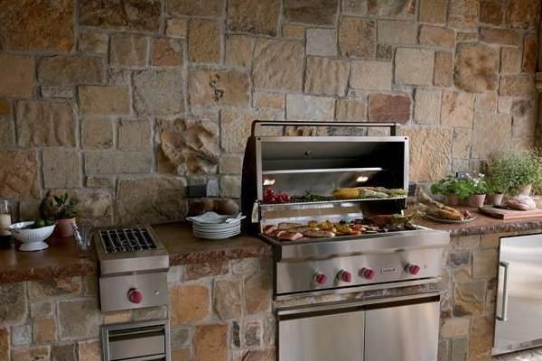 Мебель мы можем стилизовать декоративным материалом: кухонный шкаф, барную стойку и, обязательно, стену возле них.