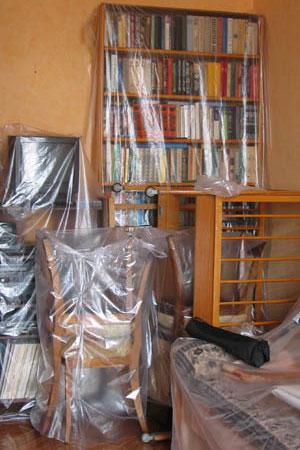 Мебель, окна и пол следует укрыть пленкой, так как краска плохо отмывается.