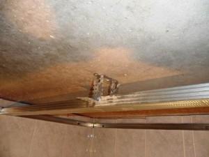 Металлический каркас на потолке.