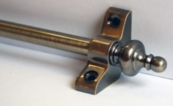 Металлический ковродержатель, предназначенный для монтажа на стыке ступени и подступенника