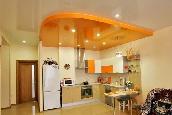 Многоуровневая натяжная конструкция подойдет и для кухни-гостиной