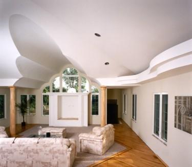 Многоуровневый потолок в мансарде.