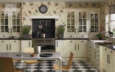 Множество ящичков, дверок и цветочки на стенах – традиционная английская кухня
