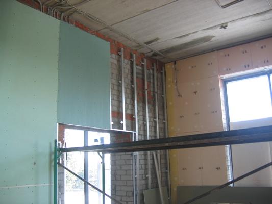 Монтаж гипсокартона позволяет не только выровнять стену, но и утеплить ее