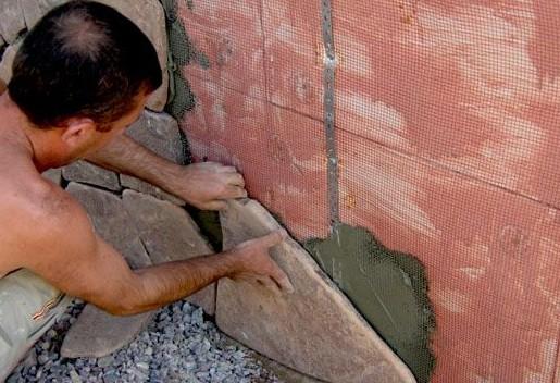 Монтаж природного камня на цоколь