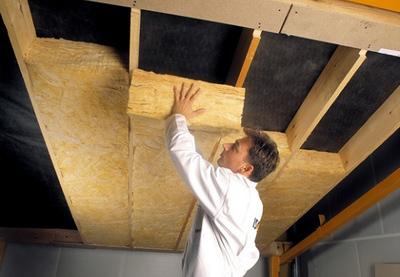 Монтаж утепления на потолке.
