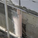 Монтажная сетка, закрепленная на газобетонной стене.