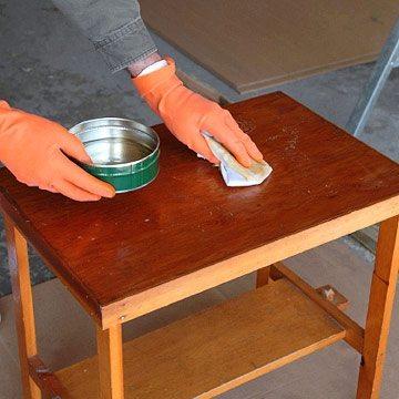 Можно для покраски использовать губку, периодически обмакивая ее в растворе.