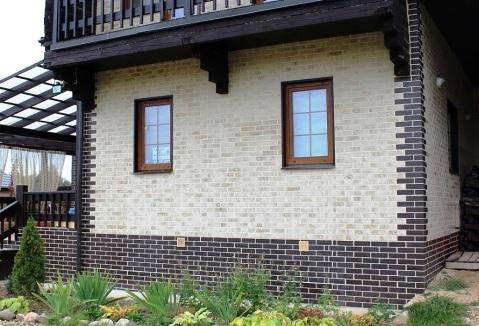 Можно отделать цоколь и углы дома клинкерной плиткой одного цвета