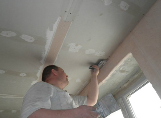 Можно сделать потолок идеально гладким и без привлечения дорогостоящих специалистов
