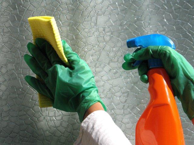 Мытьё виниловой поверхности при помощи обычного моющего средства