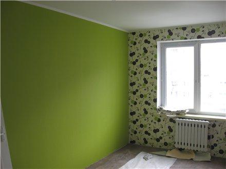 На фото - акцентная стена на фоне цветочного орнамента