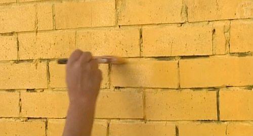 На фото - декорирование кирпичной стены акриловым покрытием