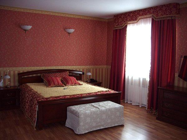На фото - двухцветные обои под красные шторы