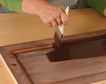 На фото - лессировка древесины кисточкой