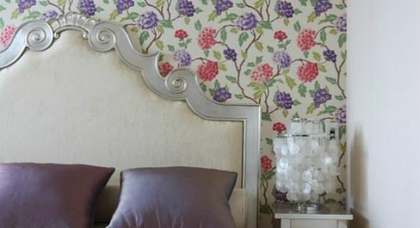 На фото - многоцветный цветочный принт в спальне