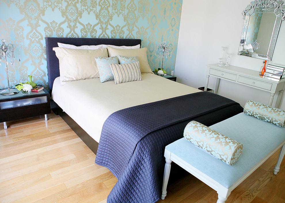 На фото - оклеенная тканевым покрытием стена спальни