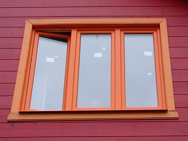 На фото - окрашенные оконные рамы из поливинилхлорида.