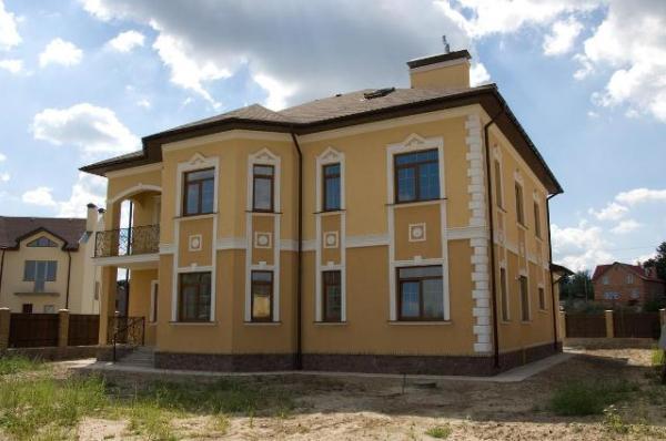 На фото - оштукатуренный и окрашенный фасад здания