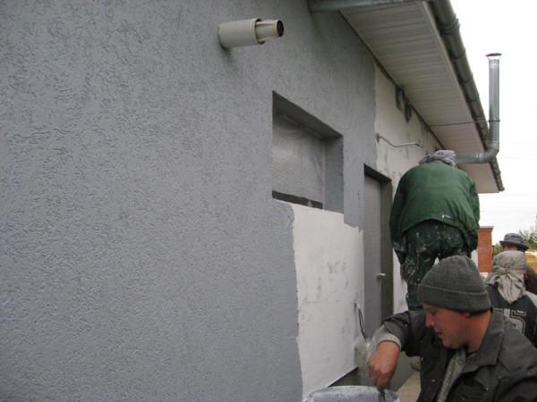 На фото - оштукатуривание внешней стены