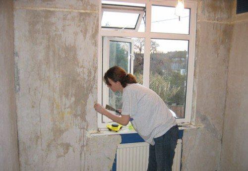 На фото - подготовка стен под обои