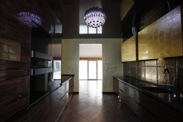 На фото - подтверждение того, что кухня не должна быть светлой