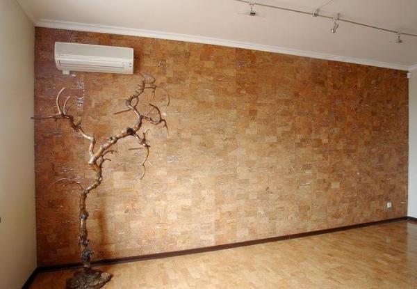 На фото - пробковое покрытие стен