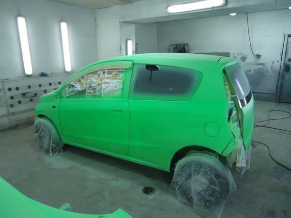 На фото - ровный слой надежного покрытия при покраске автомобиля