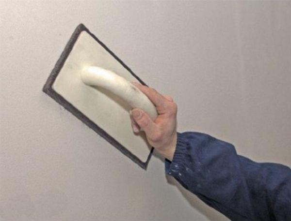 На фото - шлифование стен