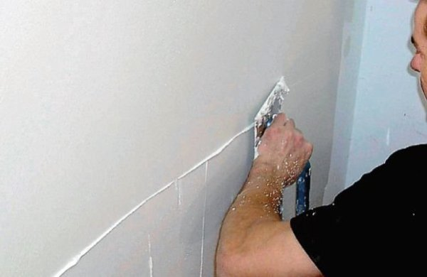 На фото - шпаклевание оштукатуренной стены под покраску.
