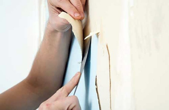 На фото - снять старые покрытия со стен бывает достаточно непросто