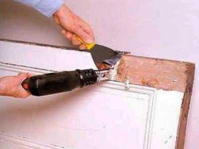 На фото - удаление старого покрытия при помощи строительного фена и шпателя