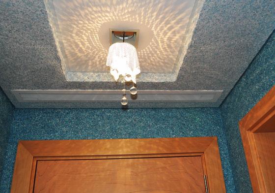 На фото - вариант отделанного шелковой декоративной штукатуркой потолка