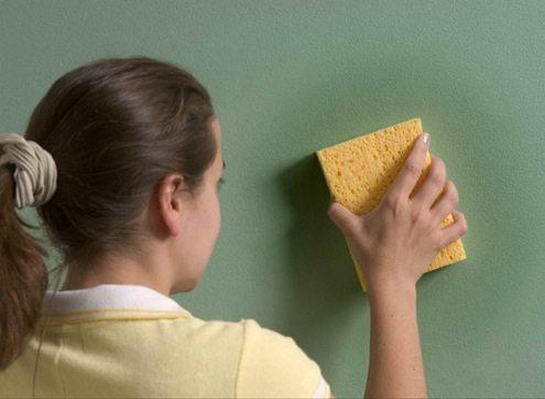 На фото - влажная уборка стен