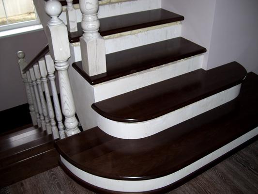 На фото – бетонная лестница облицованная деревом