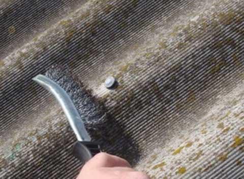 На фото – чистка шифера металлической щеткой