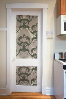 На фото – дверные фрамуги, отделанные остатками обоев