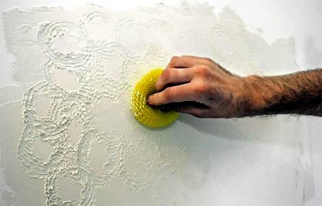 На фото- формирование рельефа пластиковой кухонной губкой