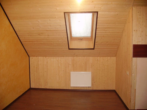На фото – интерьер коттеджа из деревянной вагонки