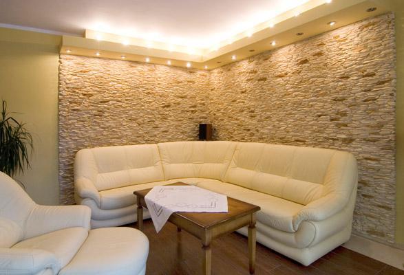 На фото – искусственный камень в интерьере квартиры