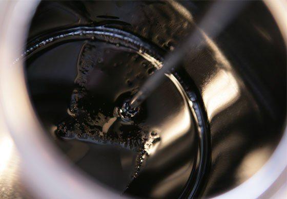 На фото- консистенция жидких мастик приготовленных на основе битума