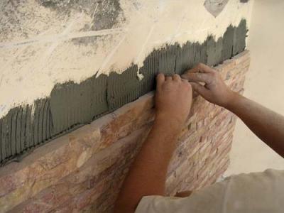 На фото – крепление отделочной породы на стену.