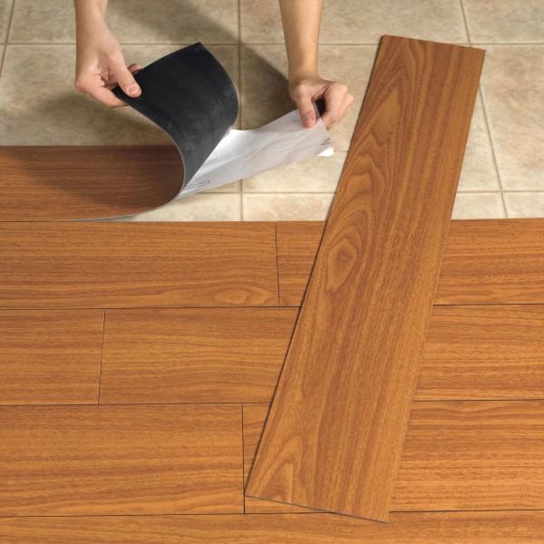 На фото – монтаж виниловой самоклеящейся плитки